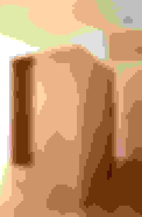 vestiaire / fermé: Couloir, entrée, escaliers de style  par cambiums