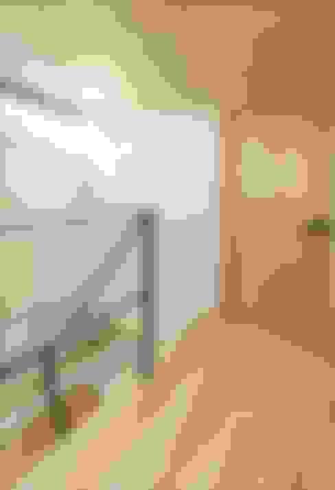 Corridor & hallway by 長谷川拓也建築デザイン