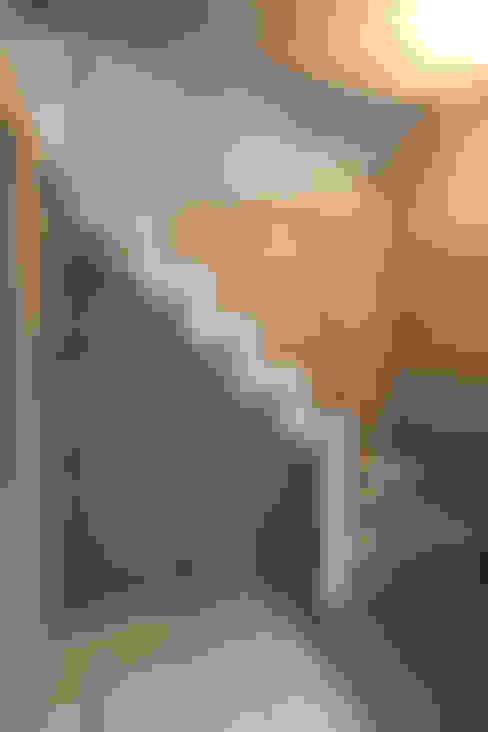 8.8坪の家 – スキップフロアの狭小住宅 –: atelier mが手掛けた廊下 & 玄関です。