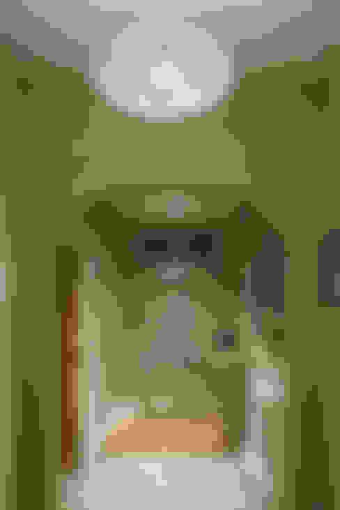 Vestíbulos, pasillos y escaleras de estilo  por ..