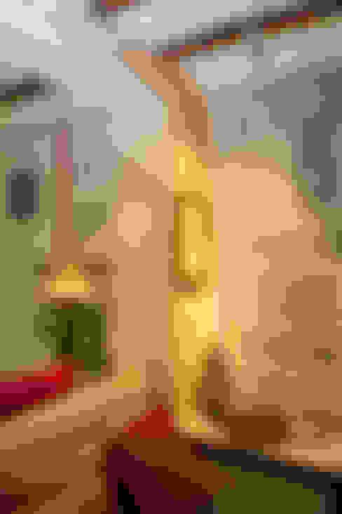 Salas / recibidores de estilo  por The Orange Lane