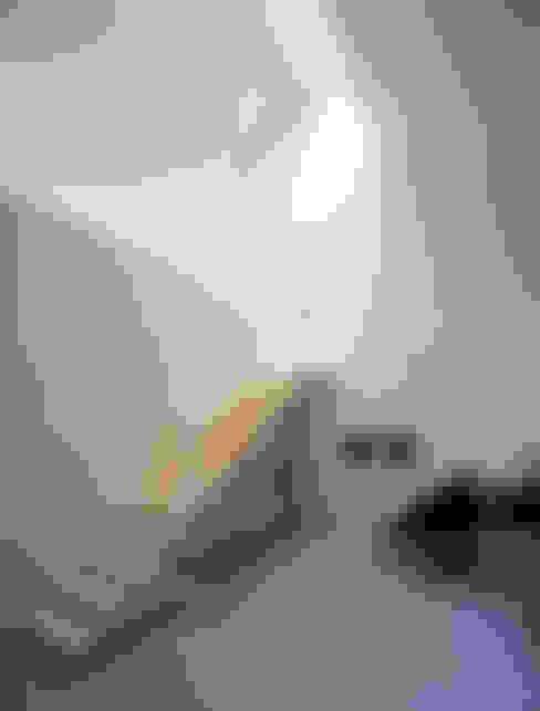Vestíbulos, pasillos y escaleras de estilo  por Bohn Architekten GbR