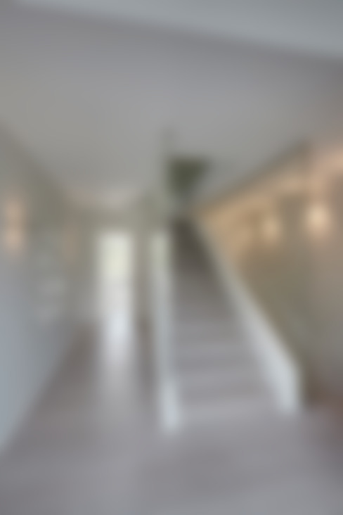 Vestíbulos, pasillos y escaleras de estilo  por 28 Grad Architektur GmbH