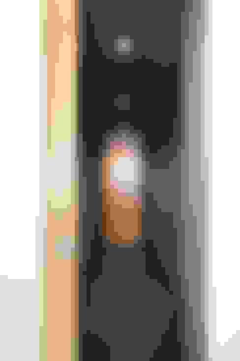 Corredores e halls de entrada  por Andrea Stortoni Architetto