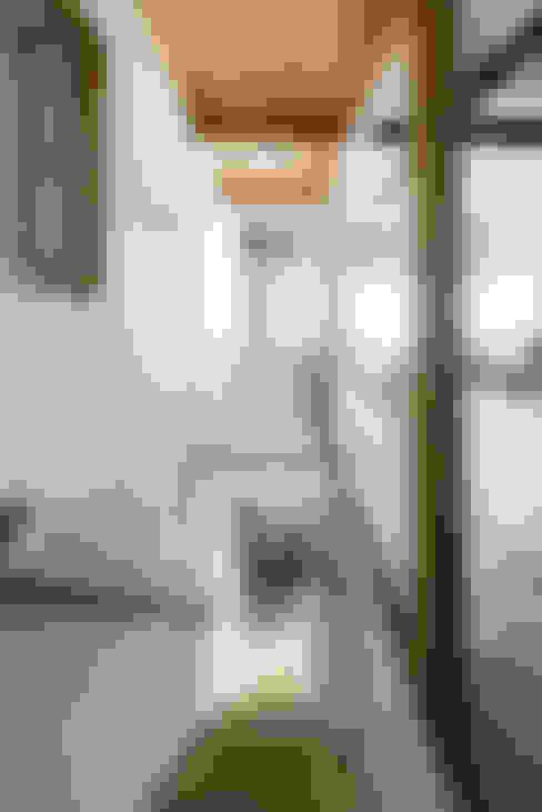 Pasillos y vestíbulos de estilo  de coil松村一輝建設計事務所