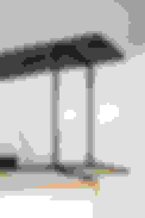 細見のアイアンフレームと古屋床材での棚: coil松村一輝建設計事務所が手掛けたリビングルームです。