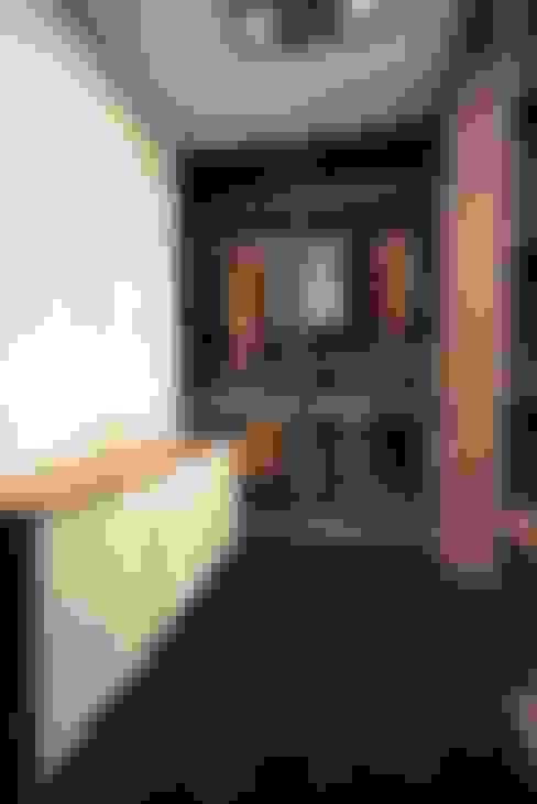 Inloopkast in houtdessin - Kastenstudio Maatmeubel:  Kleedkamer door Kastenstudio Maatmeubel