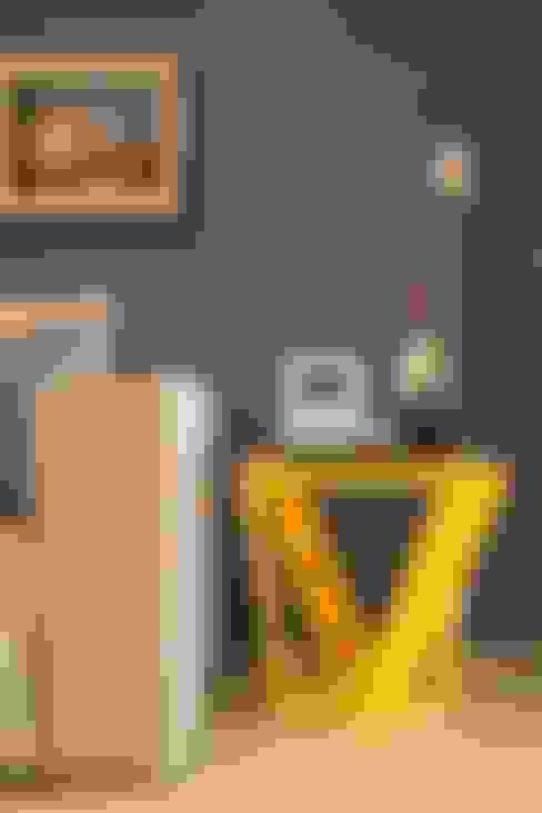 Cores e grafismos : Salas de estar  por Casa Habitada