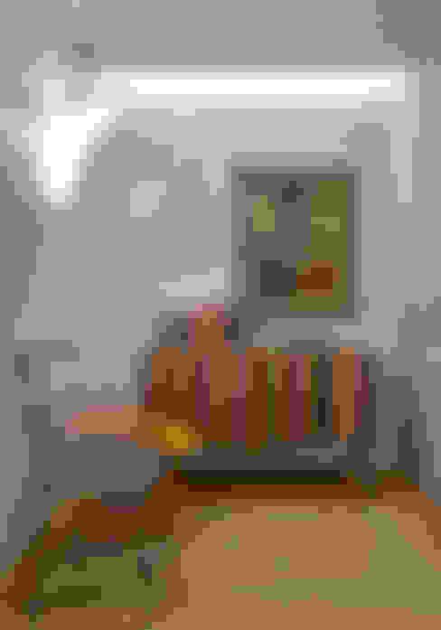 Casa Cor MG 2011: Sala de estar  por Nara Cunha Arquitetura e Interiores