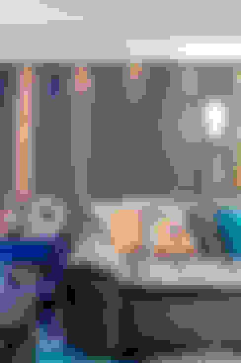 Apartamento masculino em Curitiba: Salas de estar  por Evviva Bertolini