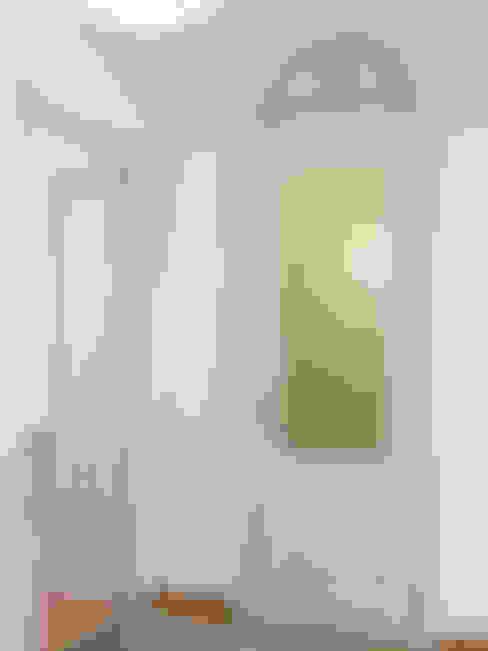 Pasillos, vestíbulos y escaleras  de estilo  por Petit Vinilo