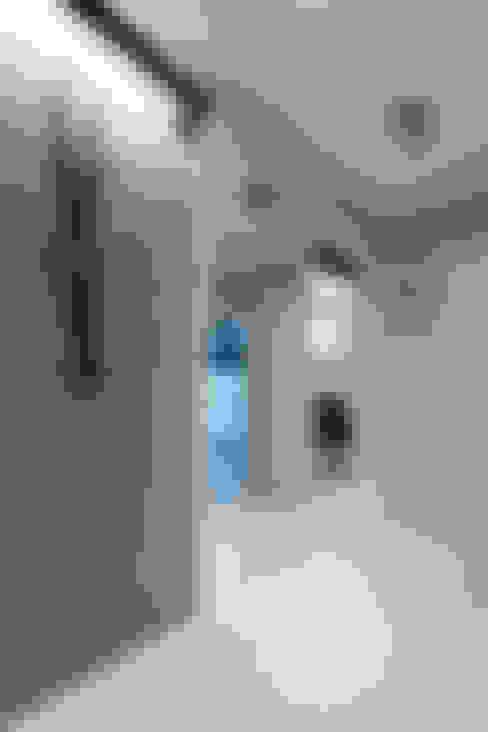 Pasillos y vestíbulos de estilo  por Contractors