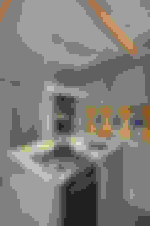 cozinha azul com churrasqueira e bancada gourmet: Cozinhas  por ABHP ARQUITETURA