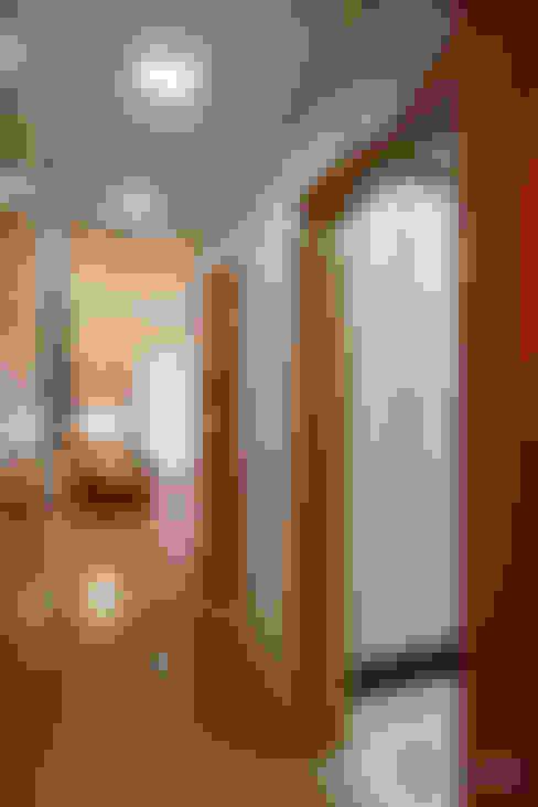 Hall de Entrada: Corredores e halls de entrada  por Camila Tannous Arquitetura & Interiores