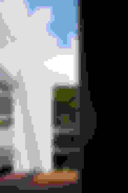 バルコニー: 松岡淳建築設計事務所が手掛けた庭です。