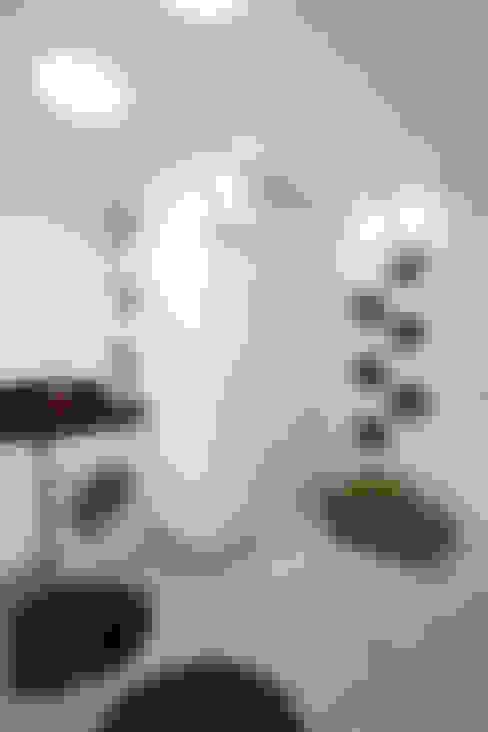 Apartamento Jatobá: Paredes  por Designer de Interiores e Paisagista Iara Kílaris