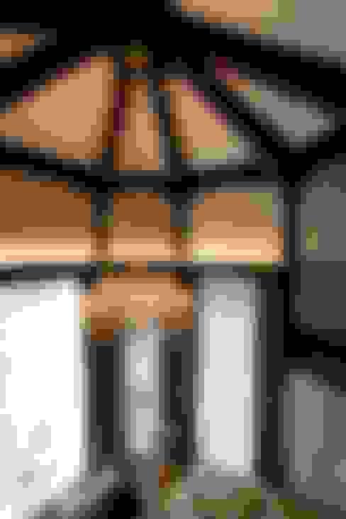 Жилой дом: Прихожая, коридор и лестницы в . Автор – Студия дизайна Сергея Кривошеева