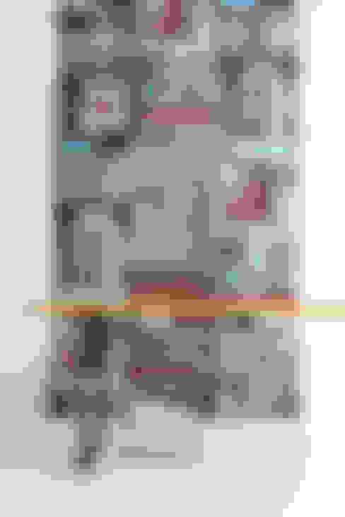 Pareti & Pavimenti in stile  di WALLPAPER by deborah bowness
