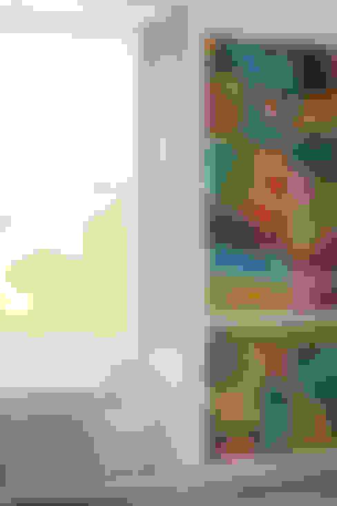 Paredes y pisos de estilo  por WALLPAPER by deborah bowness