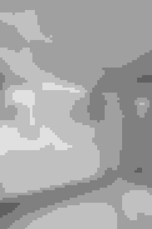 Salle de bains de style  par Estúdio Urbano Arquitectos