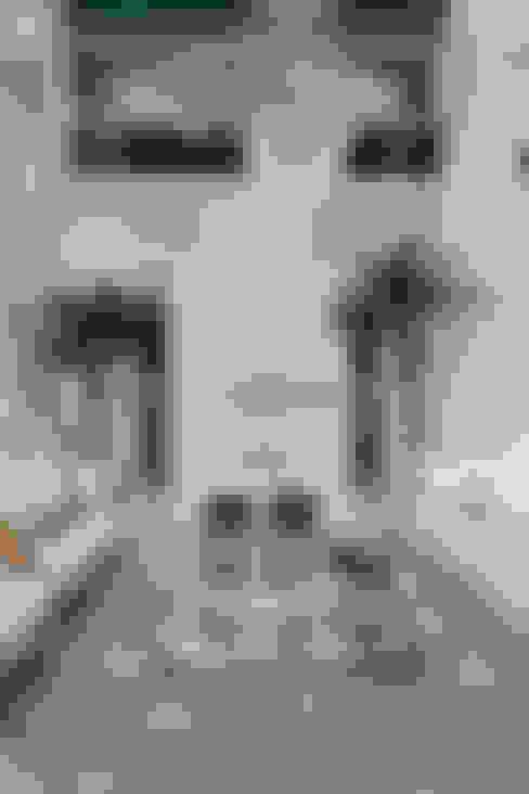 Casa Buriti: Salas de estar  por Arquiteto Aquiles Nícolas Kílaris