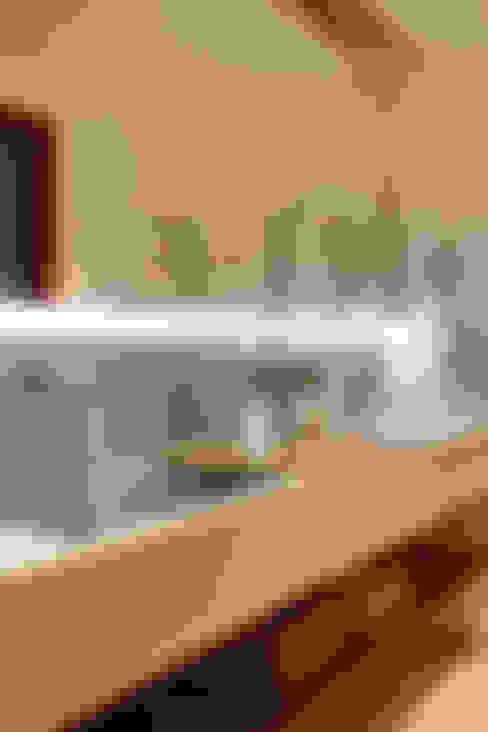 casa CR: Banheiros  por Raquel Junqueira Arquitetura