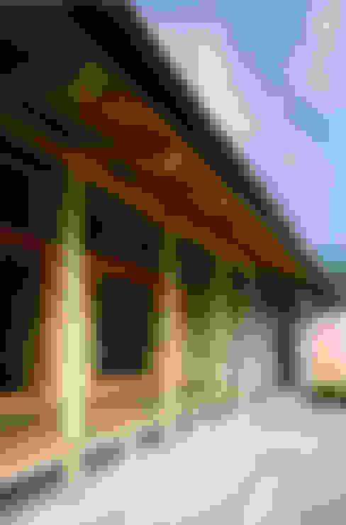 深い軒先: 芦田成人建築設計事務所が手掛けた家です。