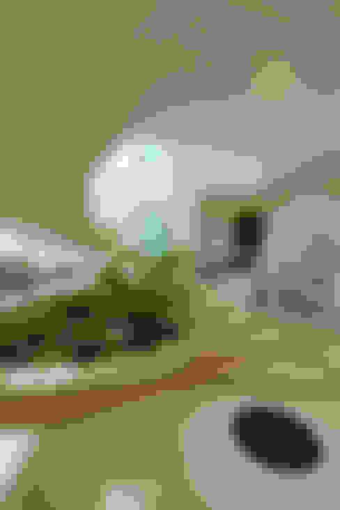 Casa Parque: Corredores e halls de entrada  por Designer de Interiores e Paisagista Iara Kílaris