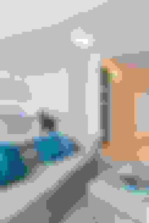 Living room by KRAMKOWSKA PRACOWNIA WNĘTRZ