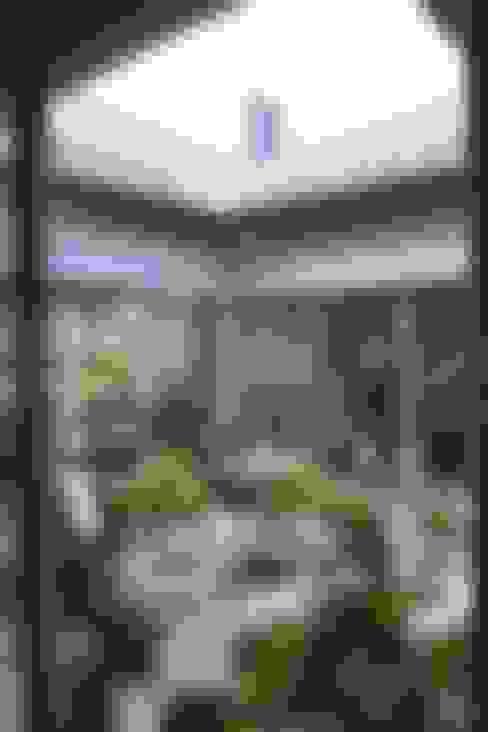 Dom z wewnętrznym PATIO: styl , w kategorii Ogród zaprojektowany przez Autorskie Studio Projektu QUBATURA