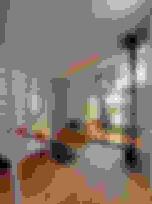 ダイニングからリビングルームを見たところ: 大庭建築設計事務所が手掛けたリビングです。