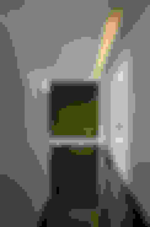 Couloir et hall d'entrée de style  par MICHEAS ARQUITECTOS