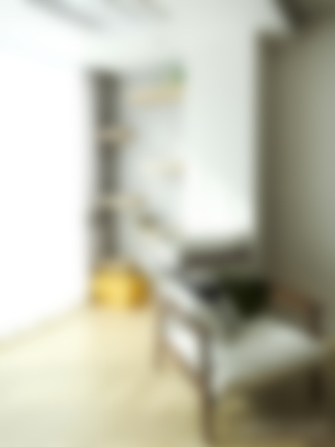 반려묘와 함께하는 신혼부부의 집: 홍예디자인의  거실