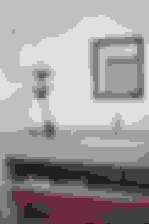 Casa na Gávea: Banheiros  por Ricardo Melo e Rodrigo Passos Arquitetura
