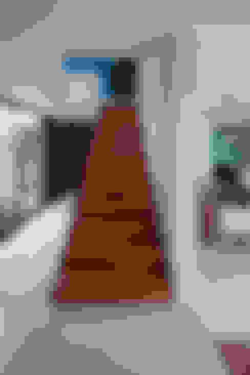Pasillos y hall de entrada de estilo  por TAFF