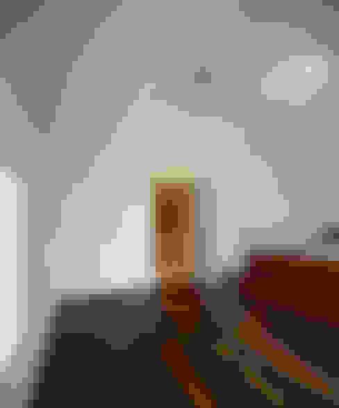 Dormitorios de estilo  de Hall + Bednarczyk Architects
