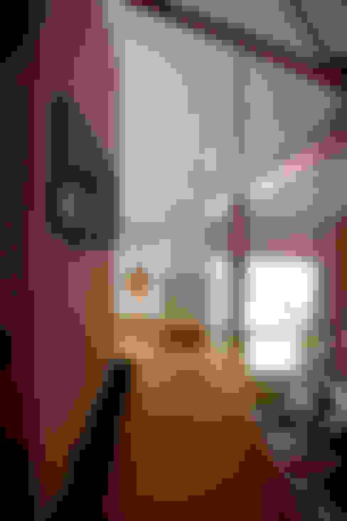 Pasillos y recibidores de estilo  por SMMARQUITECTURA