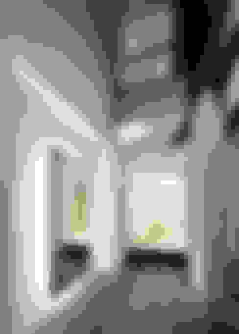 Pasillos y recibidores de estilo  por 平野智司計画工房