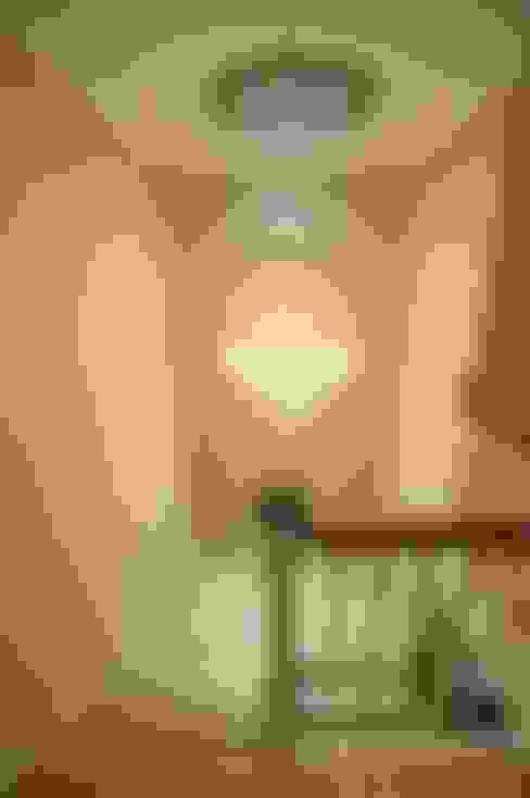 Vestíbulos, pasillos y escaleras de estilo  por Chameleon Designs Interiors
