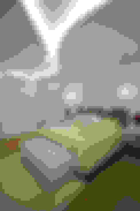 Casa Refúgio da Mata: Quartos  por Arquiteto Aquiles Nícolas Kílaris