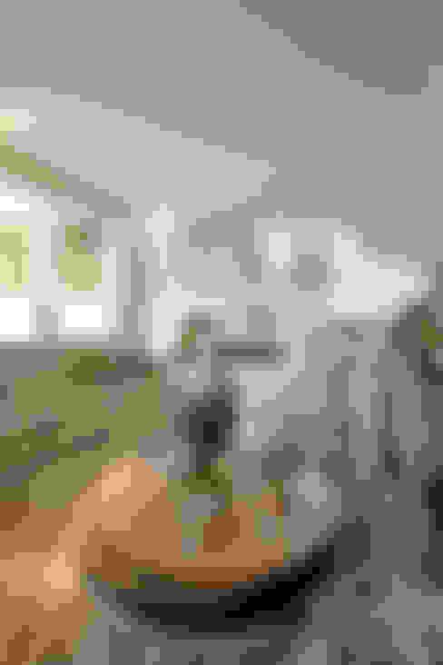 Casa Refúgio da Mata: Salas multimídia  por Arquiteto Aquiles Nícolas Kílaris