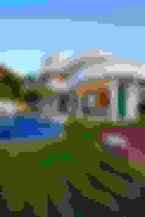 Casa Refúgio da Mata: Casas  por Arquiteto Aquiles Nícolas Kílaris