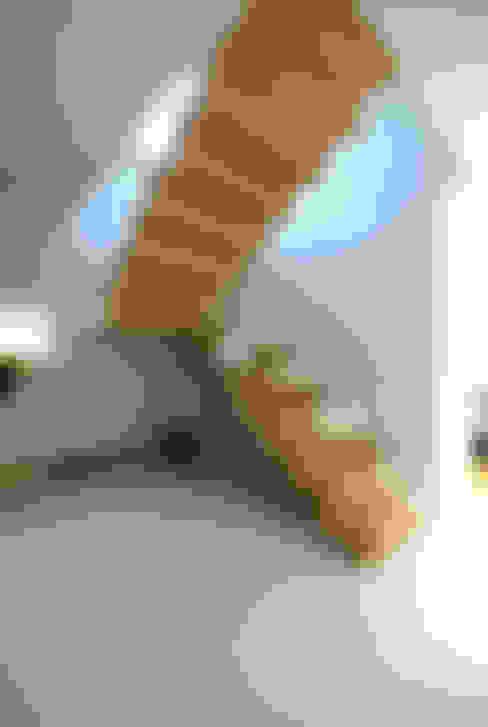 Projekt wnętrza domu w Łodzi 160mkw.: styl , w kategorii Korytarz, przedpokój zaprojektowany przez Piotr Stolarek Projektowanie Wnętrz