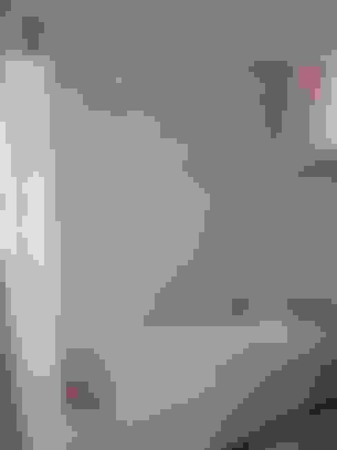 Dusche und Wanne der Wohnung 3 vor der Sanierung:   von Maklerkontor Brand & Co. Immobilienmakler GmbH & Co. KG