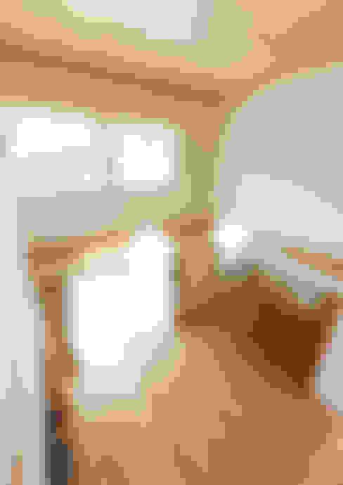 家族を見守る 大黒柱のある家: ビオハウジング タケモリ1級建築設計事務所が手掛けたリビングです。