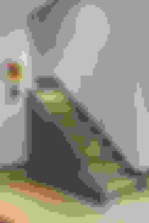 Pasillos y recibidores de estilo  por IS AND REN STUDIOS LTD