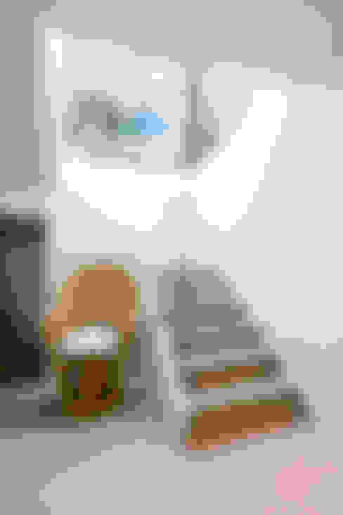 Vestíbulos, pasillos y escaleras de estilo  por The Chase Architecture