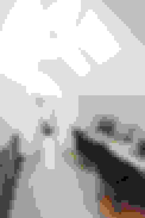 Frei geplantes Kundenhaus - Clevere Lösung: der Flur dient als Arbeitszimmer :  Arbeitszimmer von FingerHaus GmbH - Bauunternehmen in Frankenberg (Eder)