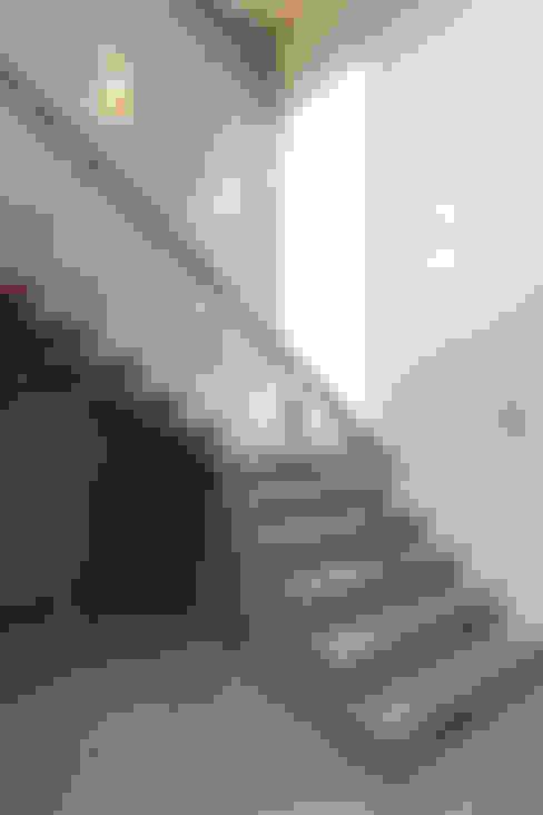 Dom jednorodzinny w Chybach: styl , w kategorii Korytarz, przedpokój zaprojektowany przez Studio Nomo