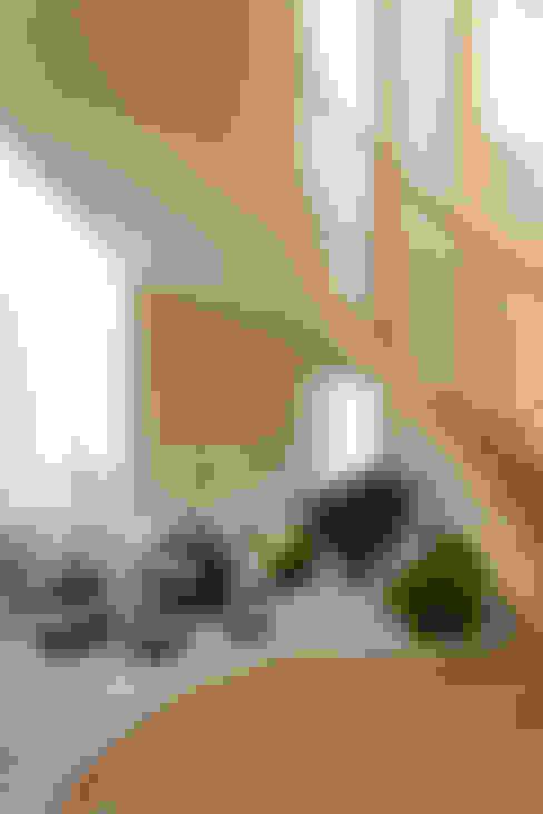 Casa Itu: Paisagismo de interior  por Designer de Interiores e Paisagista Iara Kílaris